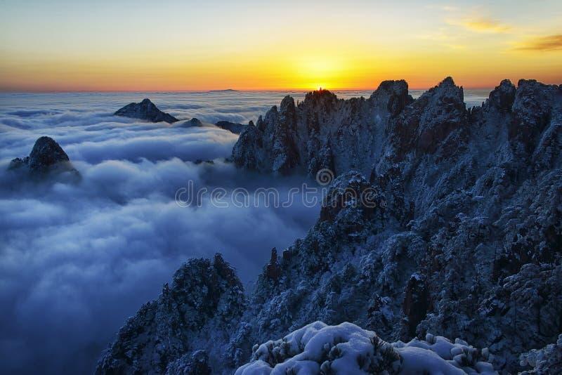 MonteringsHuangshan soluppgång i vinter arkivfoton