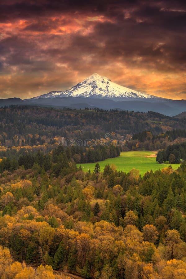 Monteringshuv på Sandy River Valley i nedgången Oregon USA arkivbild