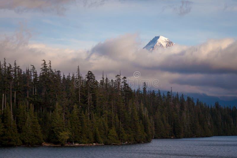 Monteringshuv som döljas i låga moln på Lost sjön i Oregon arkivbild