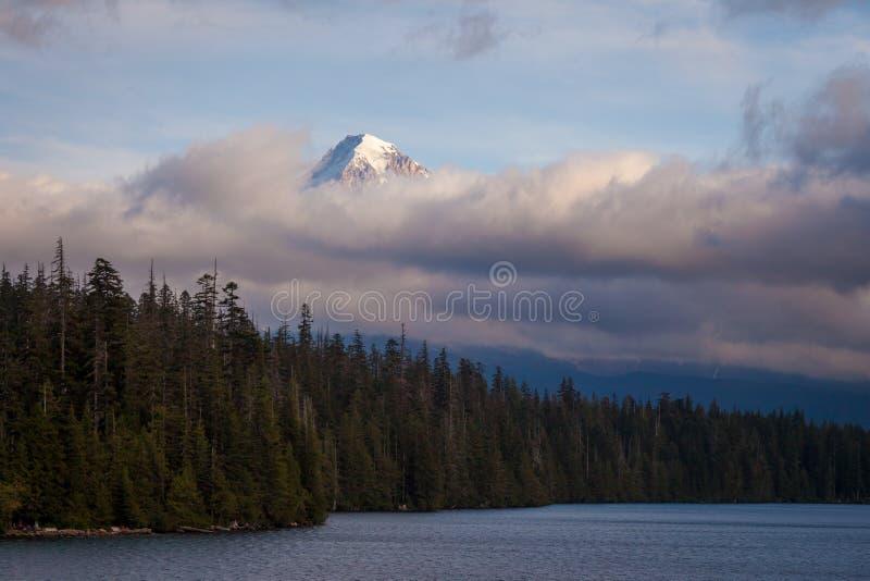 Monteringshuv som döljas i låga moln på Lost sjön i Oregon arkivbilder