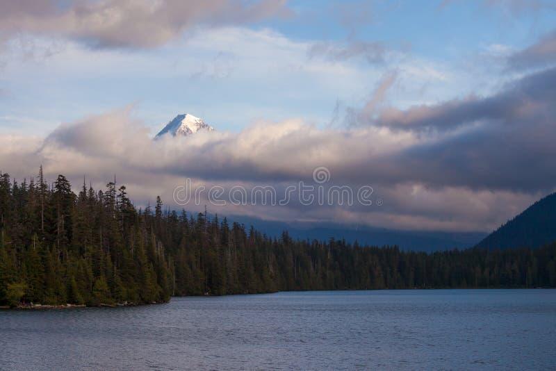 Monteringshuv som döljas i låga moln på Lost sjön i Oregon royaltyfri foto