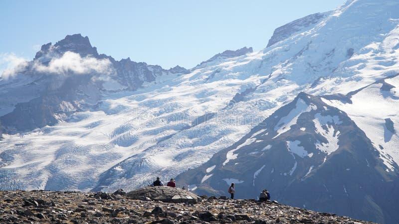 MonteringsRainier Glacier sikter på underland skuggar nära Seattle, USA royaltyfri foto
