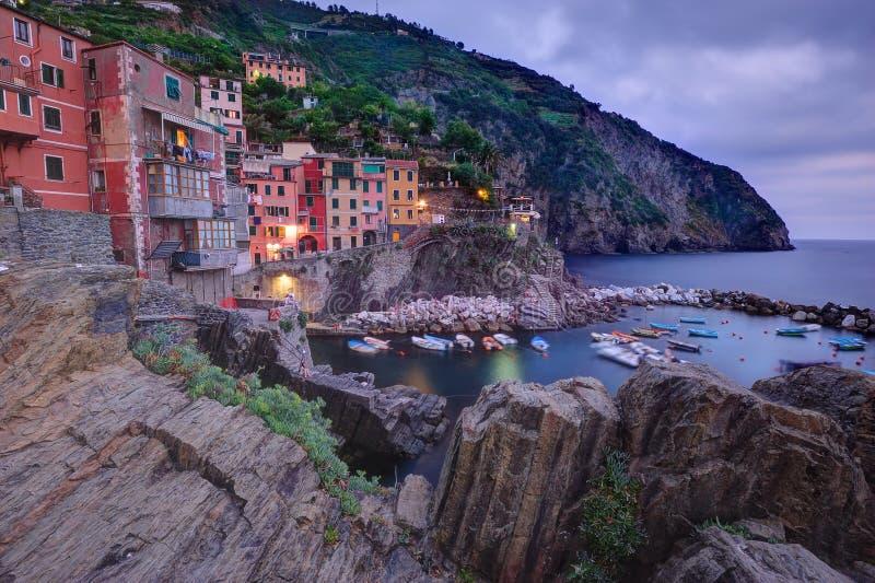Monterosso村庄在微明下 库存图片