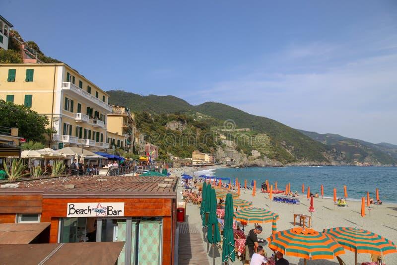Monterosso海滩,与阳伞和地中海 库存图片