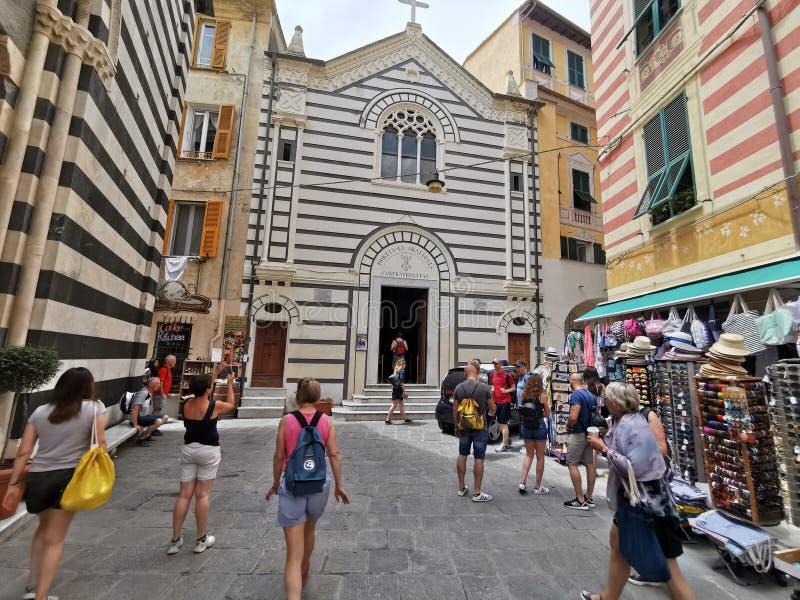 MONTEROSSO AL MARE, ITÁLIA - JUNHO, 8 2019 - vila de Pictoresque do terre Italia do cinque está completo do turista imagens de stock