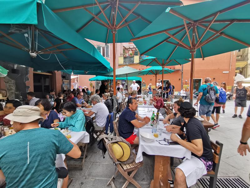 MONTEROSSO AL MARE, ITÁLIA - JUNHO, 8 2019 - vila de Pictoresque do terre Italia do cinque está completo do turista imagens de stock royalty free