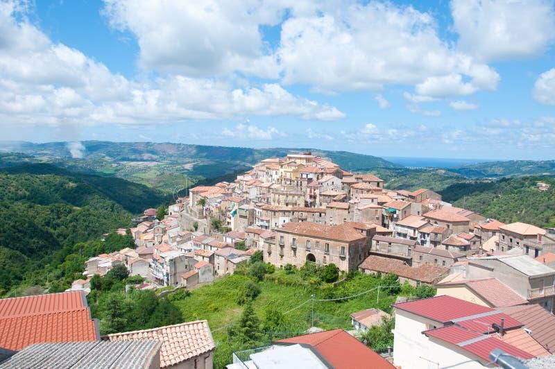 Monterosso Calabro, en liten stad på foten av Silaen i Cala royaltyfri fotografi