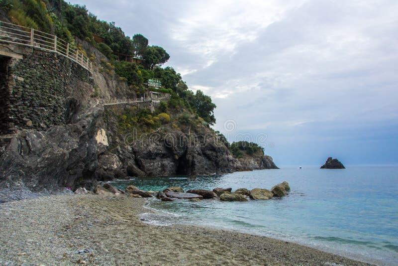 Monterosso, Cinque Terre, Италия - 28-ое мая 2018: Красивый маленький город Monterosso в национальном парке Cinque Terre итальянс стоковая фотография rf
