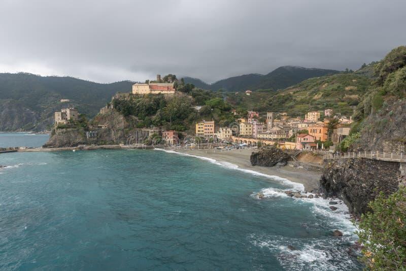 MONTEROSSO, ITÁLIA - 24 de outubro de 2016: Vista da praia e da vila fotos de stock royalty free