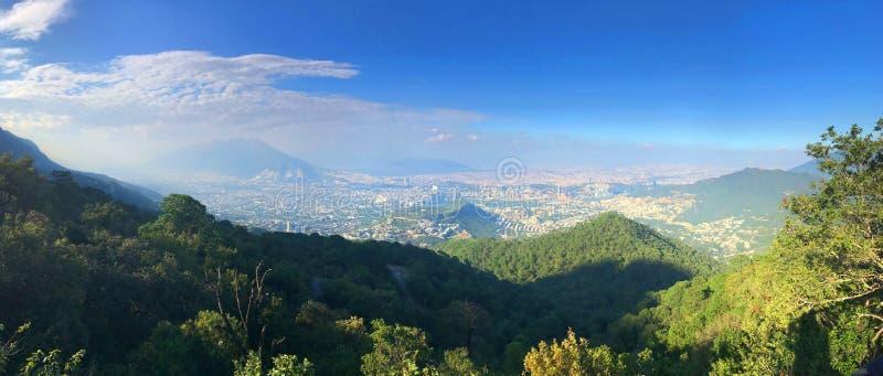 Monterrey Mexico från den Parque Ecolà ³gicoen Chipinque royaltyfri fotografi