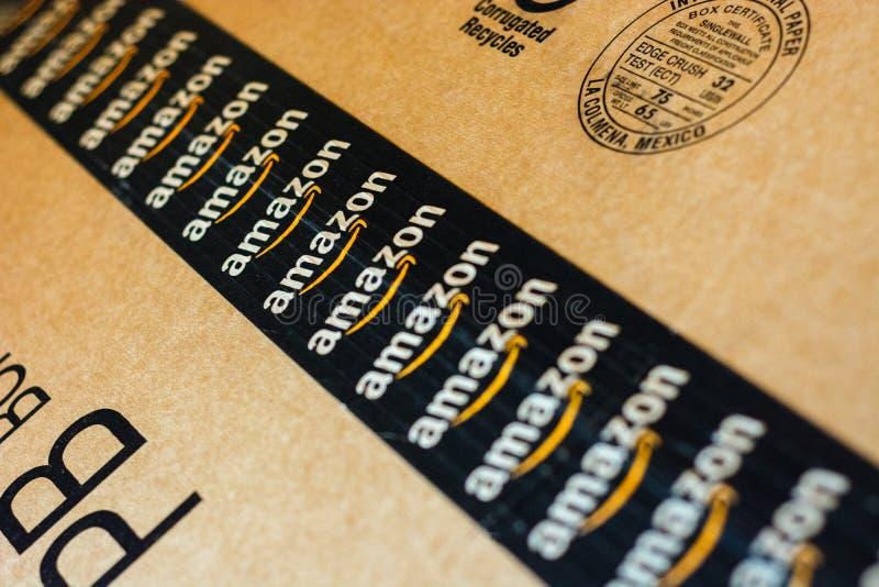 Monterrey, Mexiko - 3 september 2019: Standardleveransbox för Amazon Amazon-logotyp tryckt på kartong med säkerhetsdataband royaltyfri foto