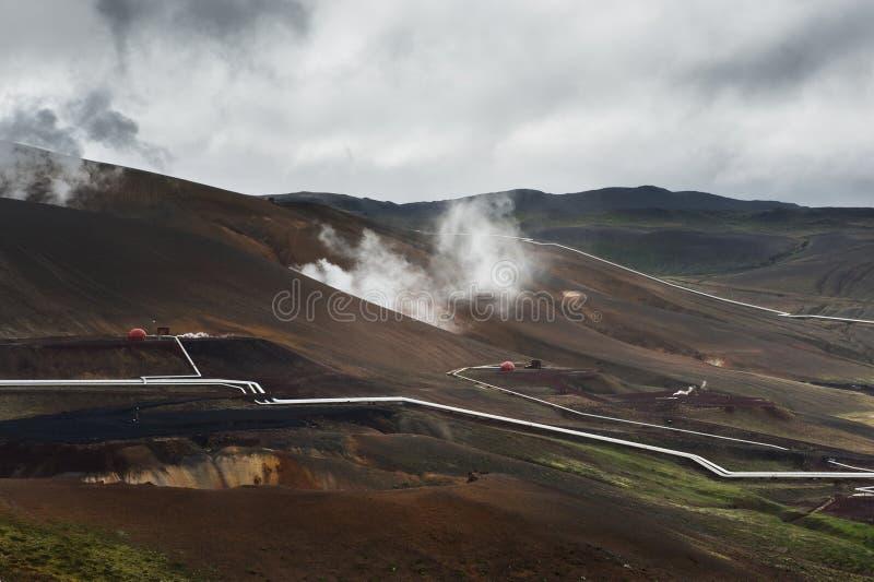 Montes com as tubulações de prata da central elétrica geotérmica, Krafla, imagens de stock royalty free