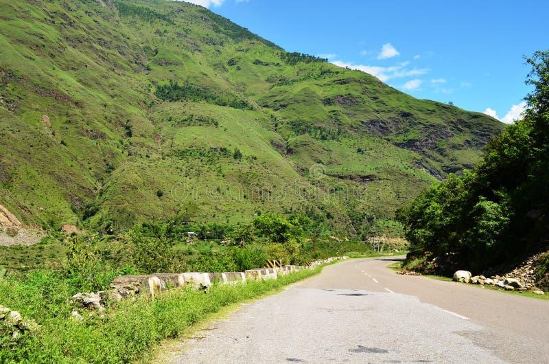 Montes consideravelmente verdes e estrada aberta em Himachal Pradesh, Índia imagem de stock