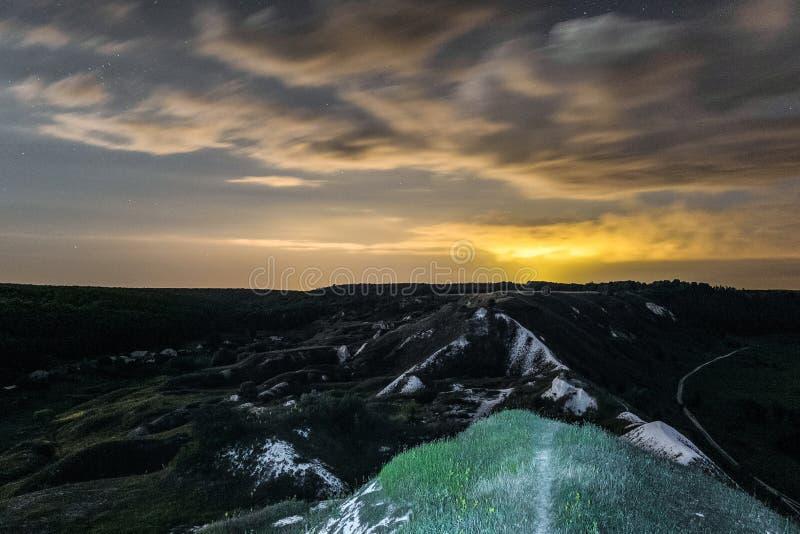 Montes cretáceos brancos na noite Paisagem da noite com as montanhas do giz sob o céu nebuloso imagem de stock royalty free