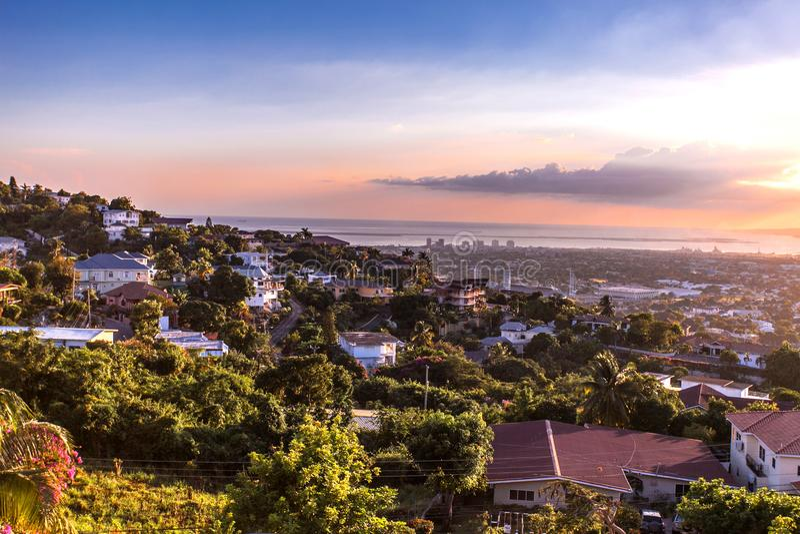 Montes da cidade de Kingston no por do sol de Jamaica fotografia de stock royalty free