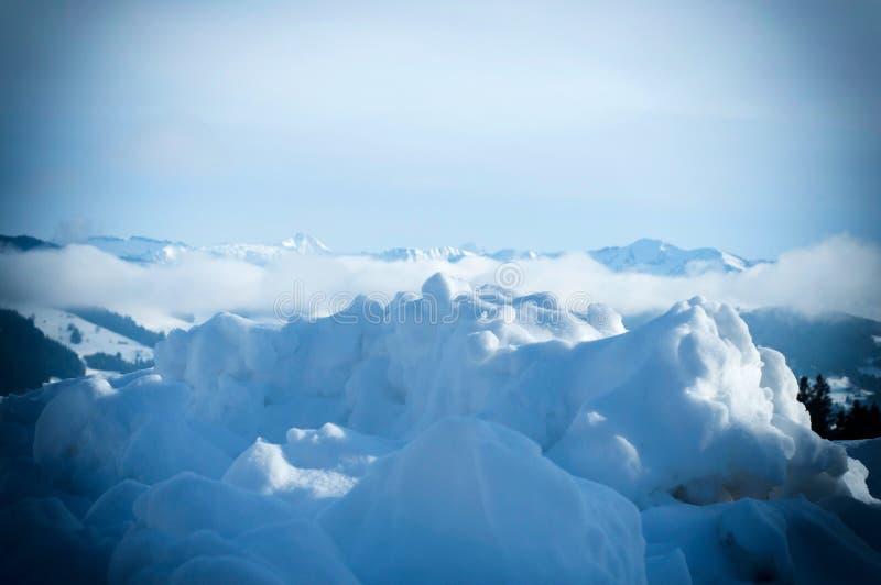 Montes da neve após um ciclone da neve Paisagem do inverno das montanhas imagem de stock royalty free