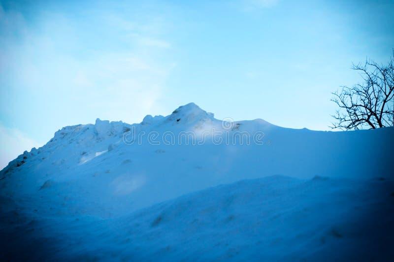 Montes da neve após um ciclone da neve Paisagem do inverno das montanhas imagem de stock