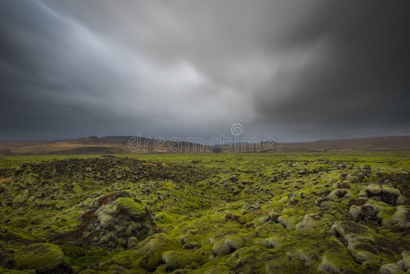 Montes da rocha vulcânica em Islândia foto de stock