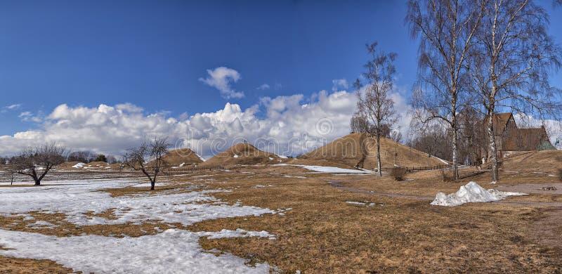 Montes de enterro velhos de Upsália e igreja medieval fotos de stock