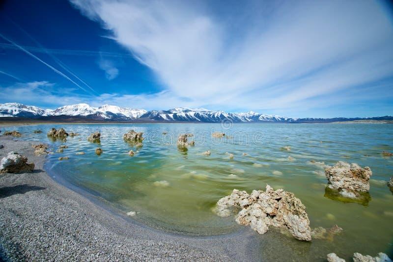 Montes do tufo no mono lago fotografia de stock