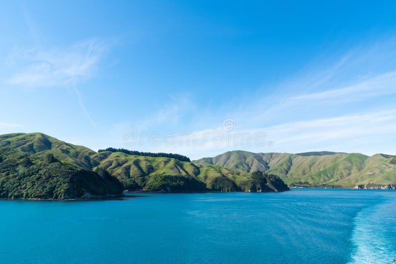 Montes e água circunvizinhos cênicos bonitos de turquesa da rainha Charlotte Sound fotografia de stock royalty free