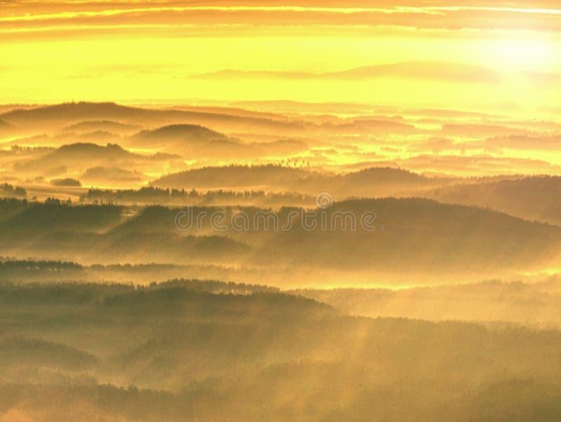 Montes enevoados e paisagem da montanha do outono Imagem filtrada foto de stock royalty free