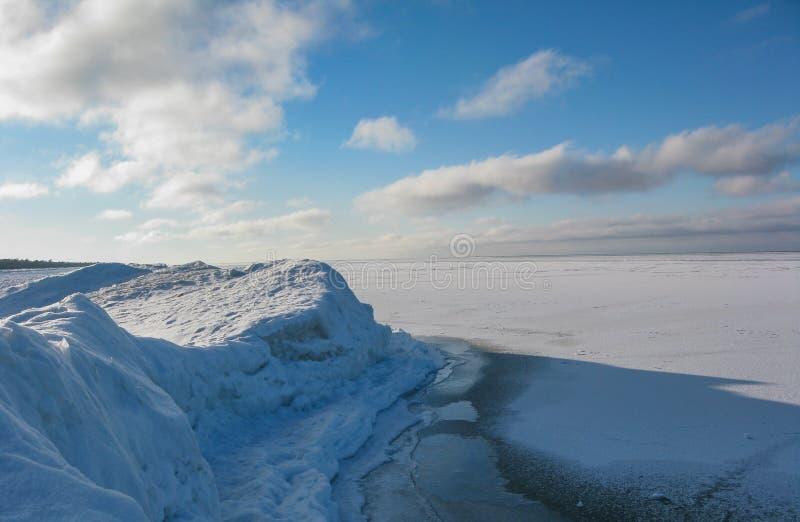 Montes na costa de Baikal foto de stock