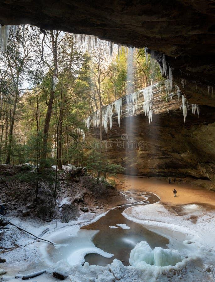 Montes Ohio de Hocking da caverna da cinza fotografia de stock