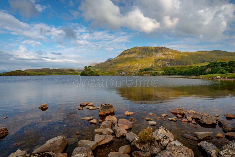 Montes próximos que refletem em um dos lagos Cregennan, Gales fotografia de stock royalty free