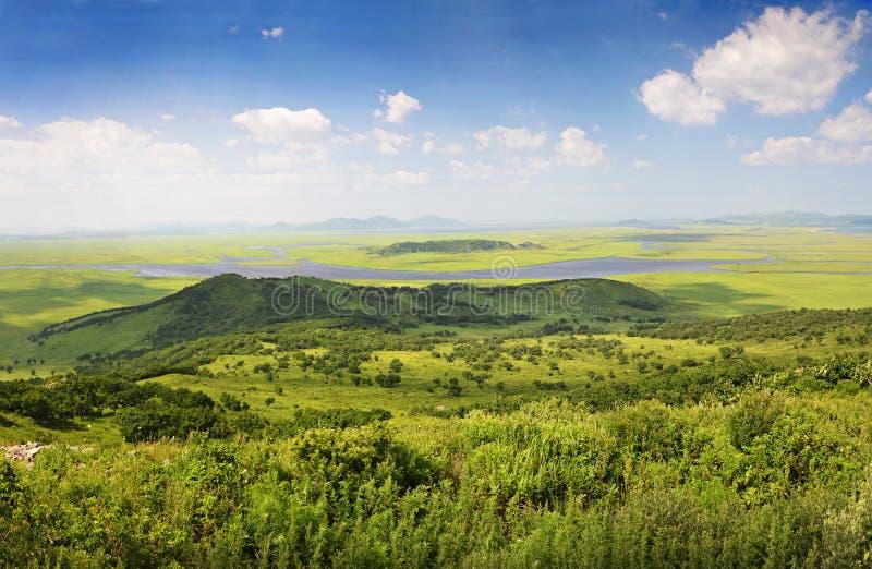 Montes verdes e lagos, panorama, Primorye, Rússia fotos de stock royalty free