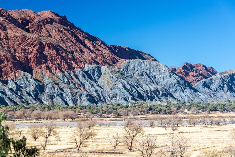 Montes verdes e vermelhos perto de Tupiza, Bolívia foto de stock