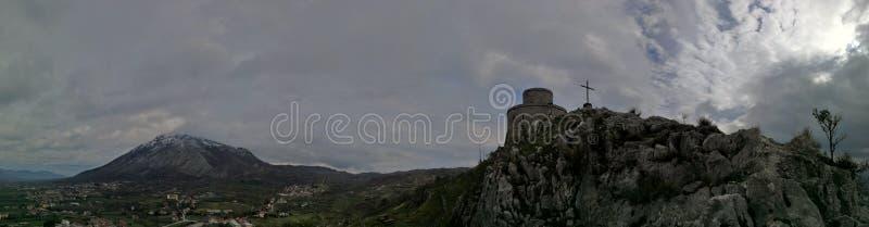 Montesarchio - Überblick über das Schloss und das Taburno stockfotografie