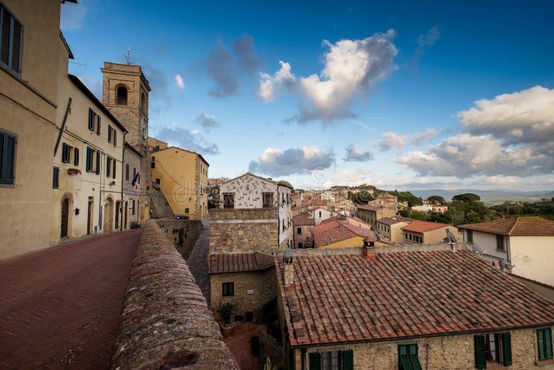 Montescudaio, Пиза, Тоскана, Италия, взгляд старой деревни стоковые изображения rf