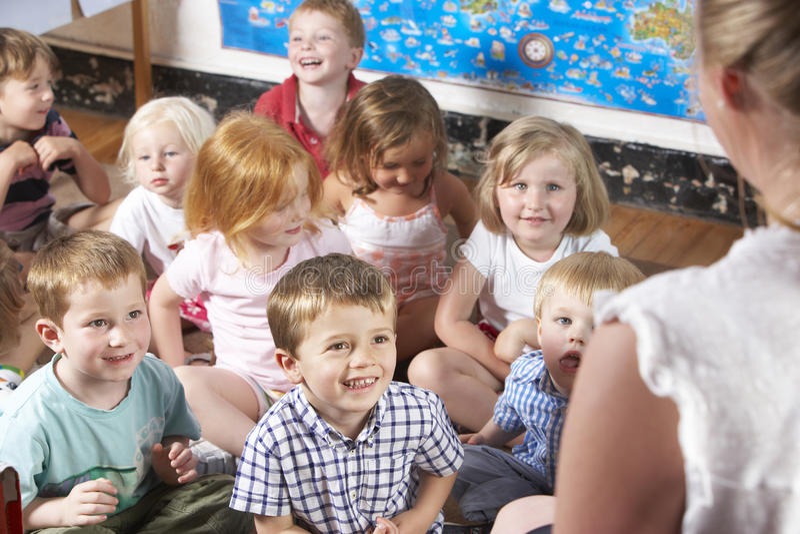Montessori/προσχολική κλάση που ακούει το δάσκαλο ο στοκ εικόνα με δικαίωμα ελεύθερης χρήσης