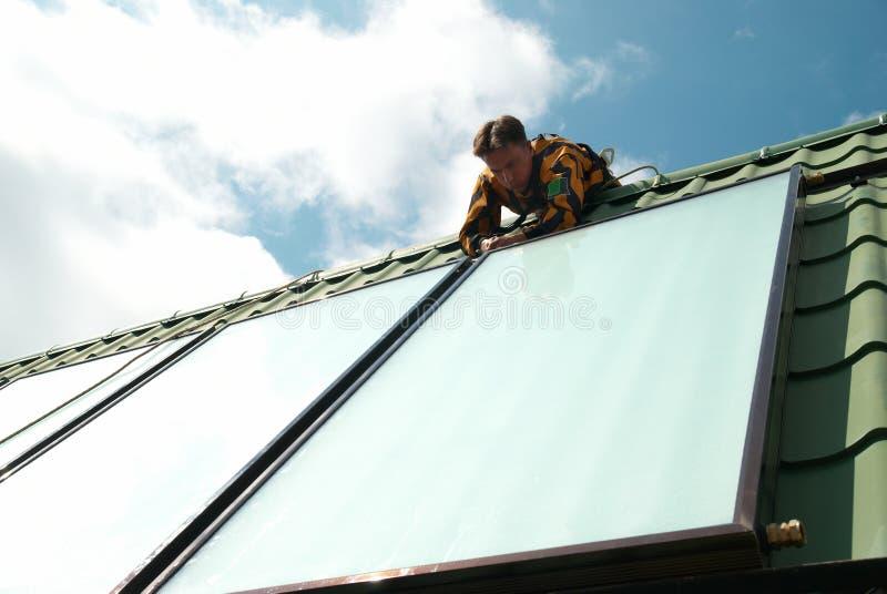 Monteur de circuit de refroidissement solaire image stock