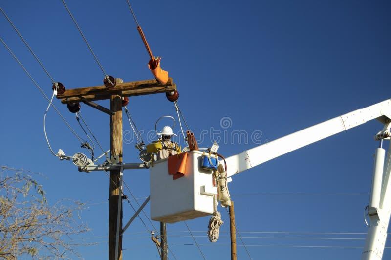Monteur de lignes de compagnie d'électricité photographie stock