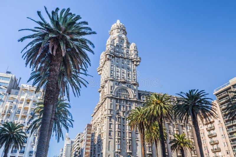 Montevidéu - 20 de julho de 2017: Palacio Salvo no centro de Montevidéu, Uruguai fotografia de stock royalty free