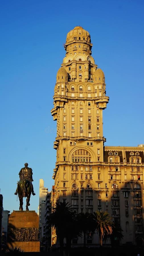 Montevideo - gamla stadsgator i historisk del av staden arkivfoton