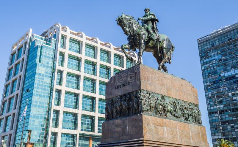 Montevideo - Juli 02, 2017: Staty av Artigas i mitten av Montevideo, Uruguay fotografering för bildbyråer