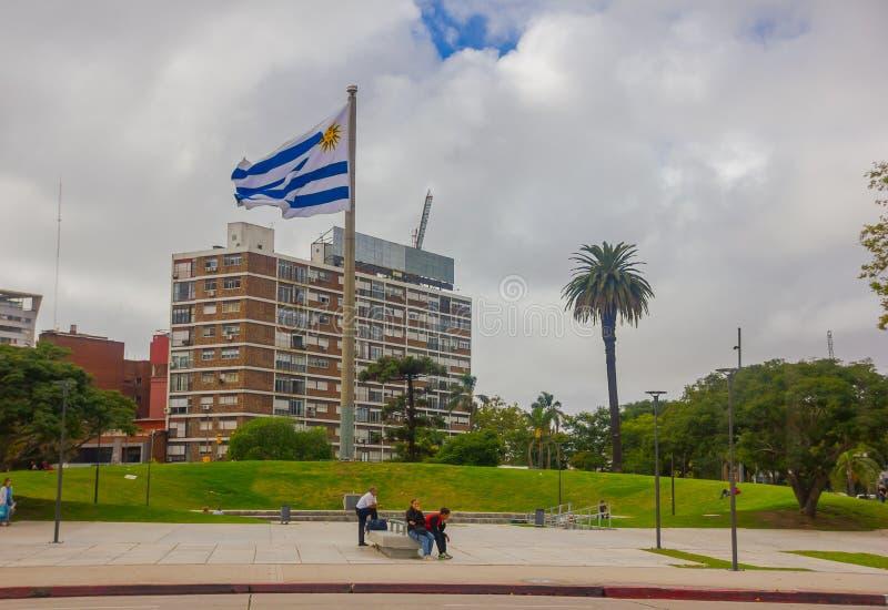 MONTEVIDEO, URUGUAI - 4 DE MAIO DE 2016: a bandeira nacional que acena no meio de um parque cercado por algumas árvores foto de stock