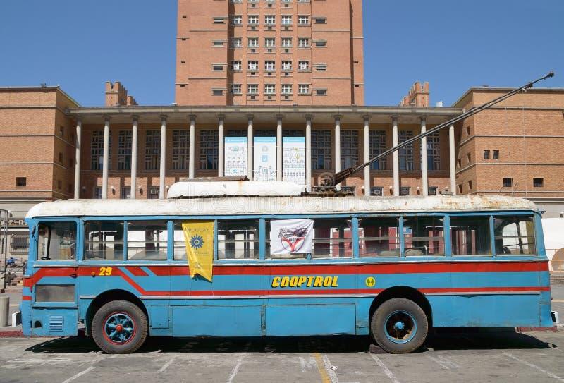 """MONTEVIDEO URUGUAY †""""OKTOBER 6, 2018: Blå spårvagnbuss på utställningen, sidosikt arkivbild"""