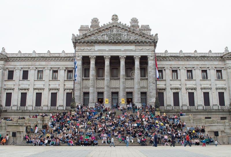 """MONTEVIDEO URUGUAY †""""OKTOBER 8, 2017: Folk på trappuppgången av den lagstiftnings- slotten arkivbilder"""
