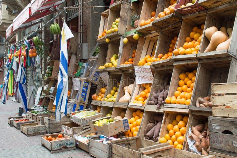 """MONTEVIDEO URUGUAY †""""OKTOBER 8, 2017: Frukt- och grönsakställning i staden fotografering för bildbyråer"""