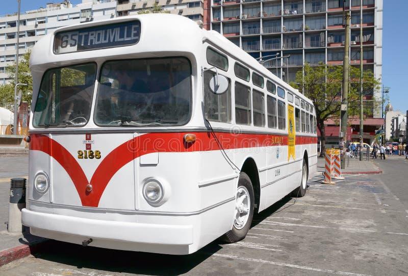 """MONTEVIDEO URUGUAY †""""OKTOBER 6, 2018: Vit spårvagnbuss på utställningen i staden, sidosikt arkivfoton"""
