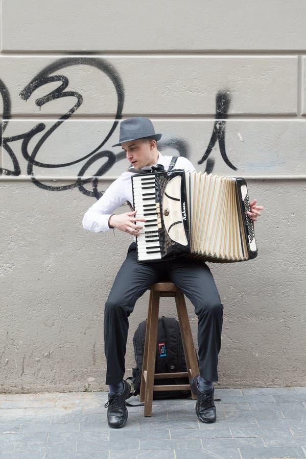 """MONTEVIDEO, URUGUAY € """"8 OKTOBER, 2017: Straatmusicus met harmonika stock afbeelding"""