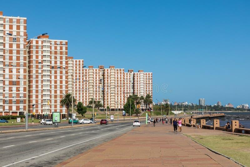 MONTEVIDEO, URUGUAY - 3 DE FEBRERO DE 2018: Bulevar a lo largo de Pocitos imágenes de archivo libres de regalías