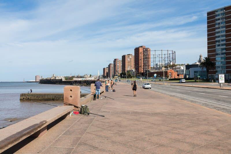 MONTEVIDEO URUGUAY - FEBRUARI 03, 2018: Folk som fiskar på boulen royaltyfria foton