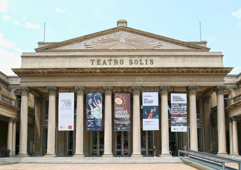 MONTEVIDEO URUGUAY - Januari 4, 2017: Frontal sikt av den berömda Teatroen Solis Byggdes den äldsta teatern för Uruguay ` s i 185 arkivfoto