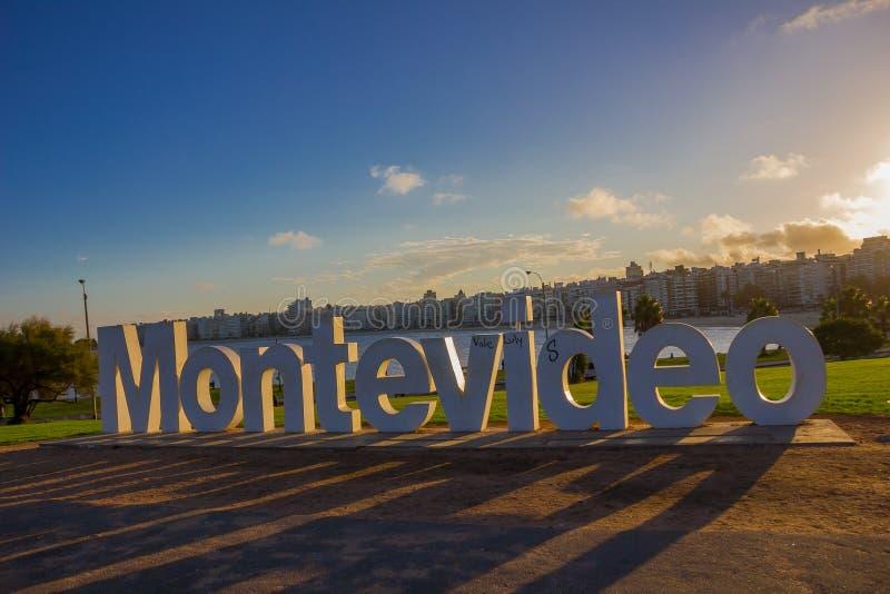 MONTEVIDEO, URUGUAY - 4 MAGGIO 2016: il segno di Montevideo ha danneggiato da alcuni graffitis con la città come fondo immagine stock libera da diritti