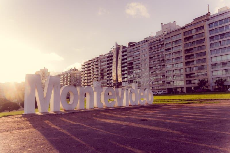 MONTEVIDEO, URUGUAY - 4. MAI 2016: Montevideo-Zeichen mit hellem proyecting Schatten des netten Sonnenuntergangs aus den Grund stockfotografie
